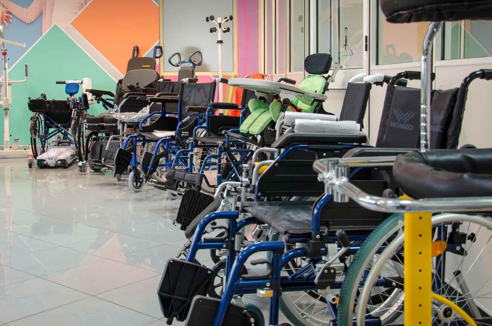 ausili per camminare anziani disabili